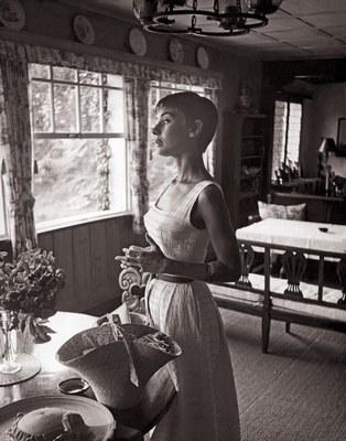 Audrey Hepburn in der Küche Foto: Hepburn Stiftung, via Dumont Verlag